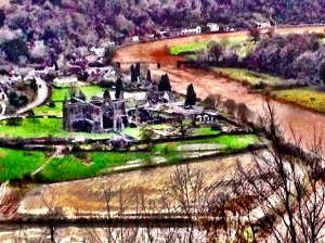 Tintern_Abbey_from_Devils_Pulpit_at_midday_today.JPG